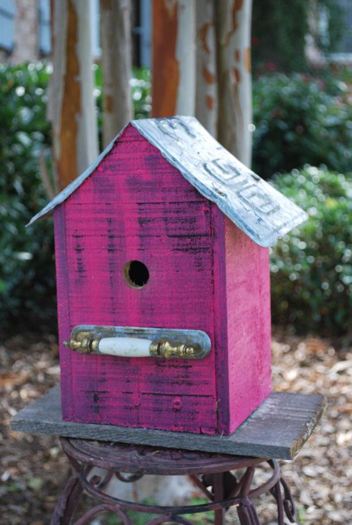 cabane-à-oiseaux-lilas-sur-un-tabouret-rustique