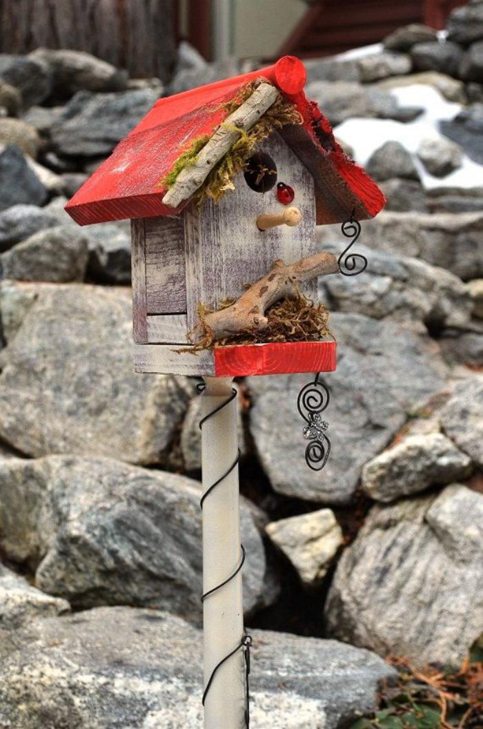 cabane-à-oiseaux-nichoir-juché-toiture-peinte-rouge