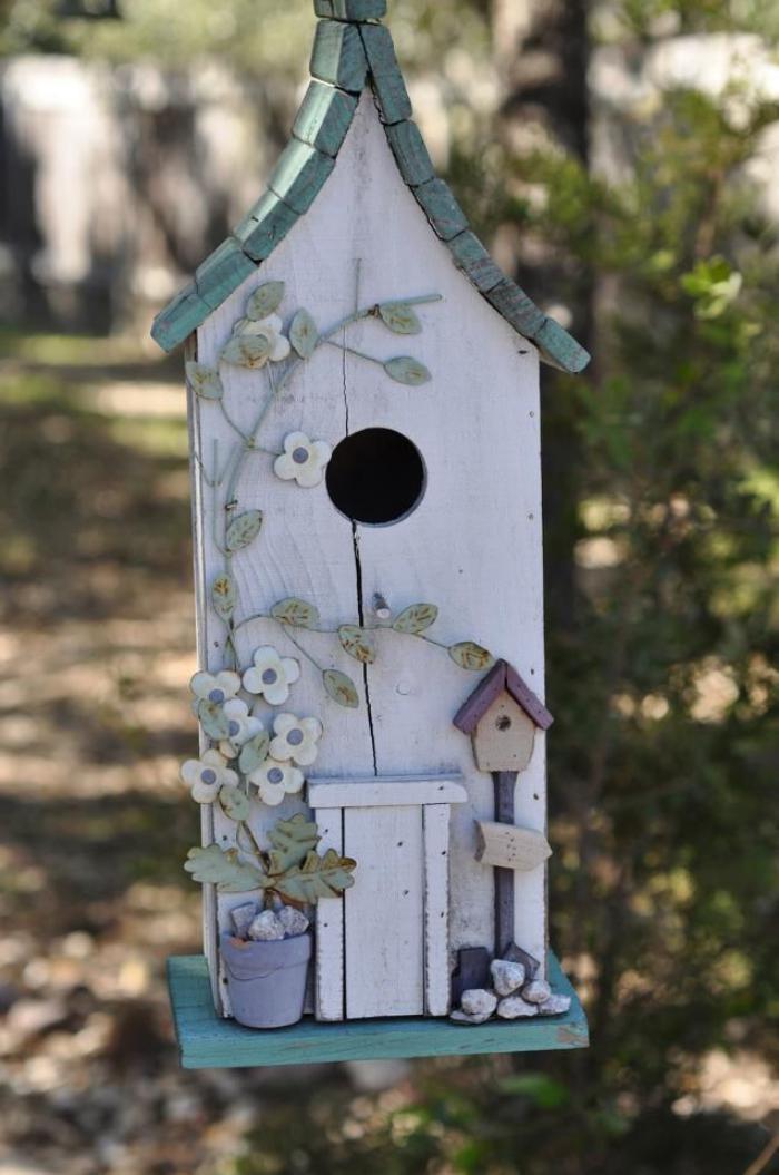 cabane-à-oiseaux-originale-dans-la-forêt