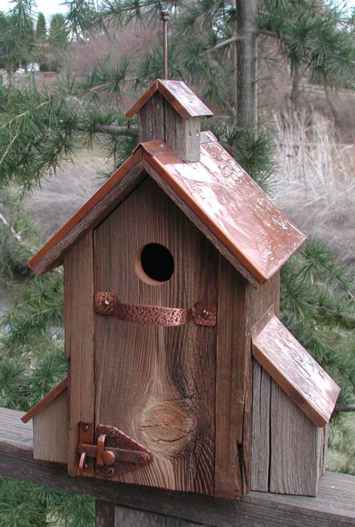 cabane-à-oiseaux-porte-et-toiture-originales