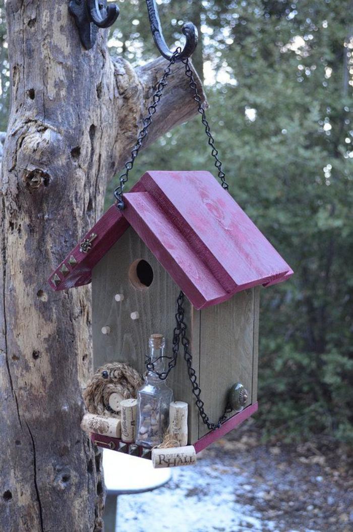 cabane-à-oiseaux-toiture-rose-nichoir-suspendu