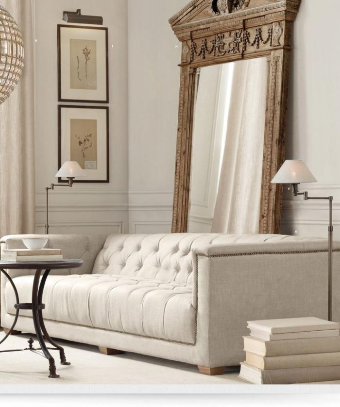 canapé-beige-capitonné-grand-miroir-vintage