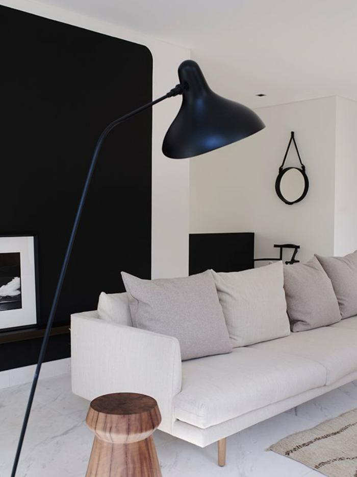canapé-beige-clair-lampe-de-sol-noire-géante