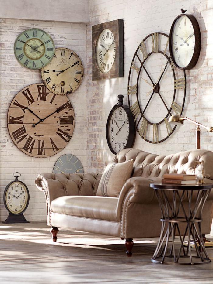 canapé-beige-en-cuir-horloges-murales-vintages