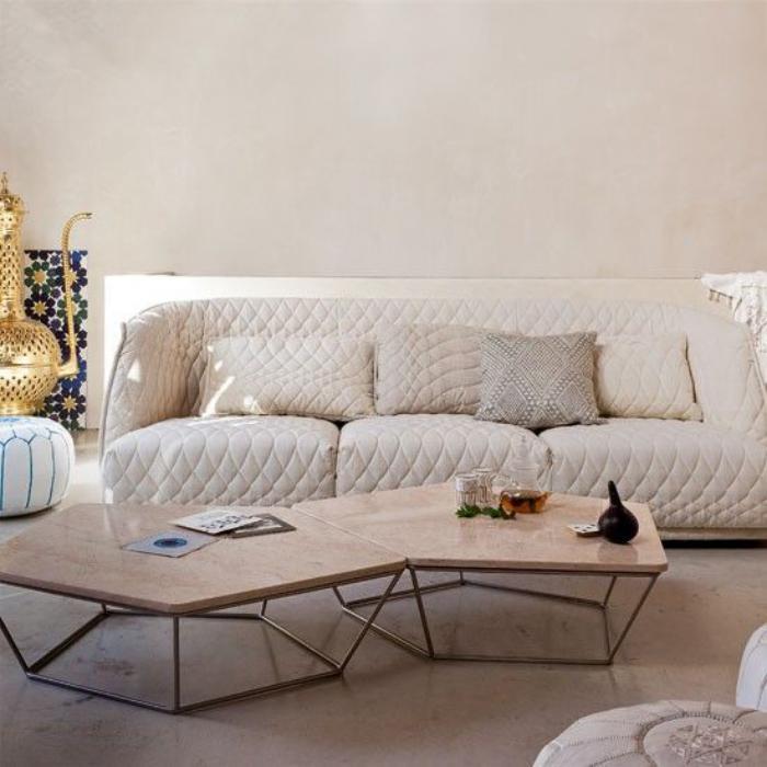 canapé-beige-original-et-une-déco-de-salon-marocaine