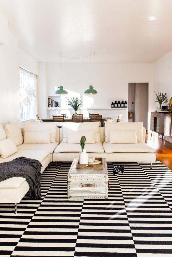 canapé-beige-sofa-couleur-crème-tapis-à-rayures