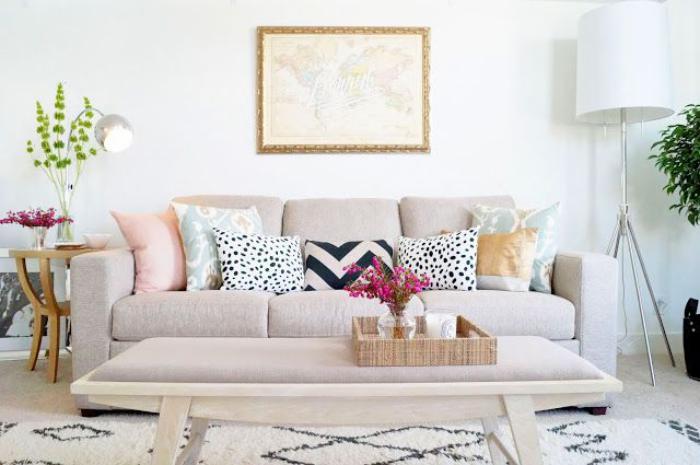 Le canap beige meuble classique pour le salon - Oreillers coussins sol interieur classe confortable ...