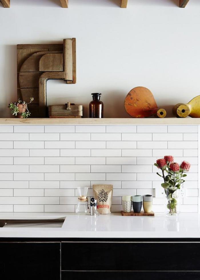 carrelage-blanc-brillant-étagère-murale-et-poutres-en-bois-apparentes
