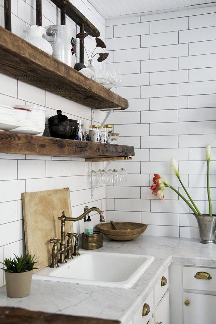 carrelage-blanc-brillant-étagères-en-bois-brut
