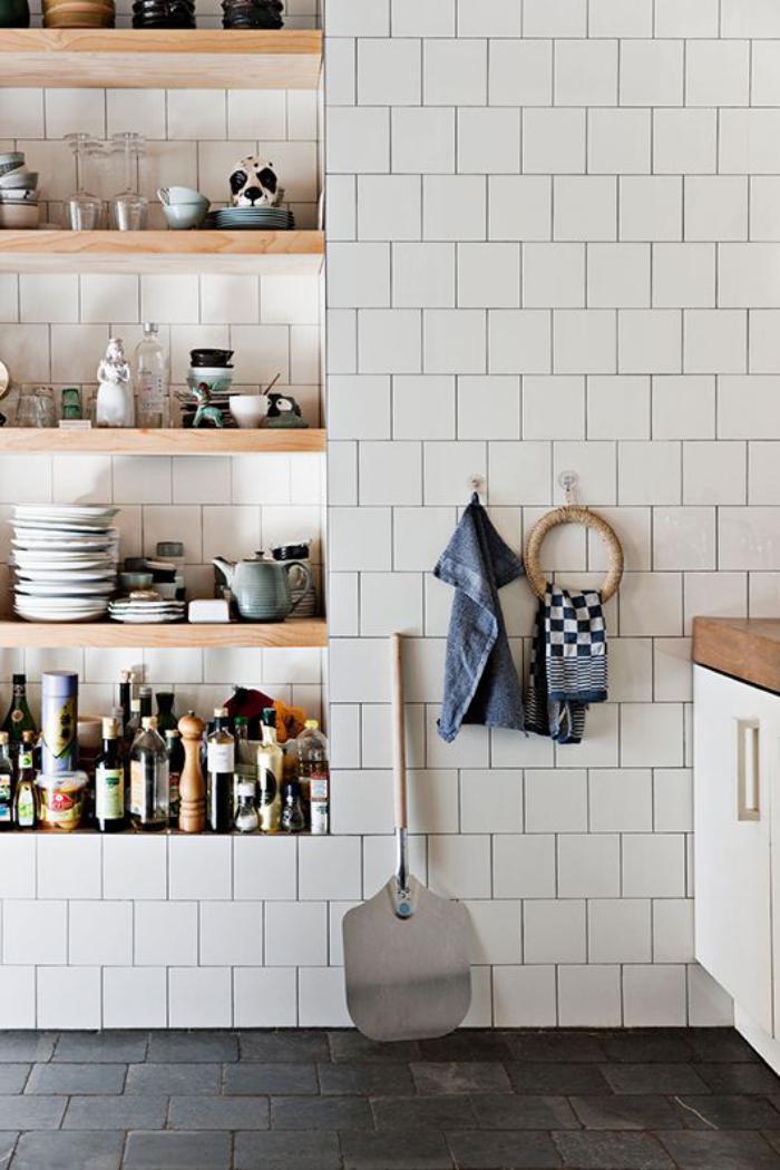 carrelage-blanc-brillant-étagères-en-bois-rangement-integré-mural