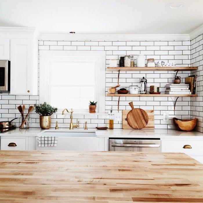 carrelage-blanc-brillant-belle-cuisine-scandinave-déco-bois-et-blanc