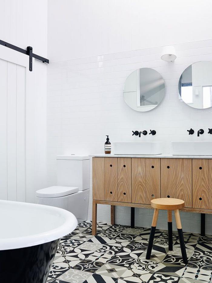 carrelage-blanc-brillant-carrelage-noir-et-blanc-pour-la-salle-de-bains