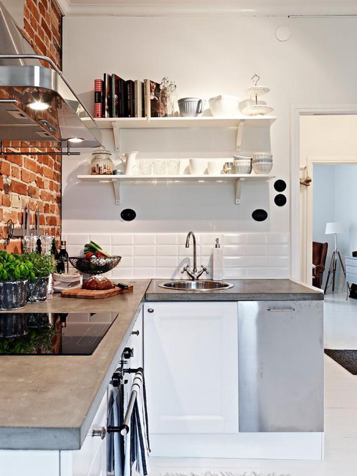 carrelage-blanc-brillant-et-mur-en-briques-rouges-dans-la-cuisine