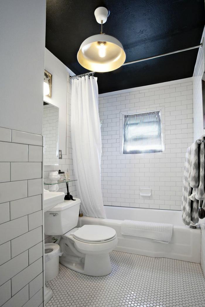 carrelage-blanc-brillant-plafond-peint-noir-et-lampe-industrielle