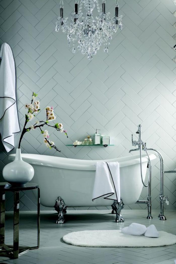 carrelage-blanc-brillant-plafonnier-à-pamilles-et-baignoire-vintage