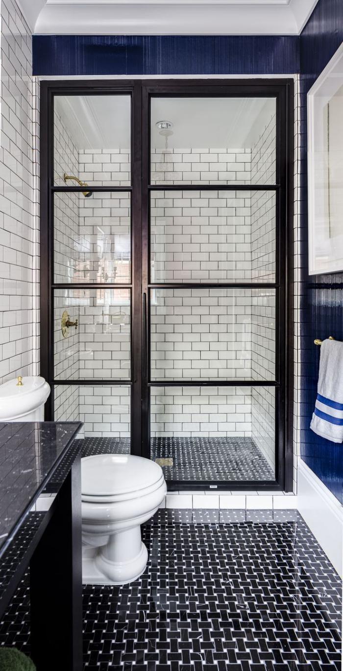 carrelage-blanc-brillant-porte-vitrée-dans-la-salle-de-bains