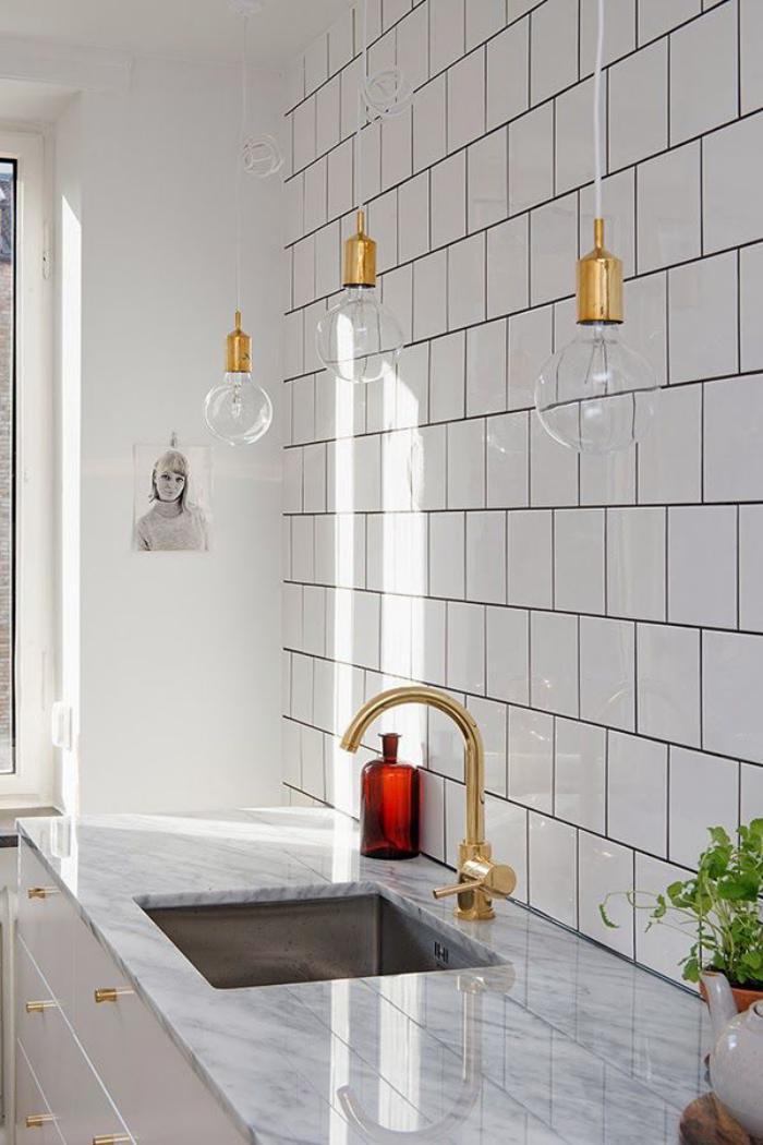 carrelage-blanc-brillant-robinet-doré-et-ampoules-suspendues