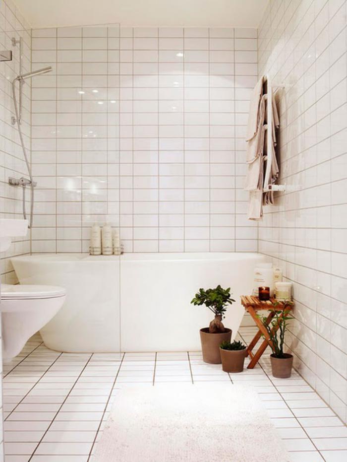 carrelage-blanc-brillant-salle-de-bains-simple-et-brillante