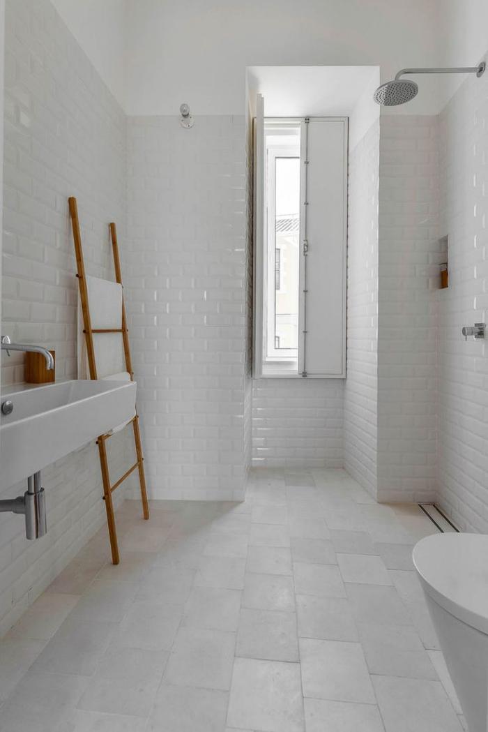 carrelage-blanc-brillant-salle-de-bains-unique-toute-blanche