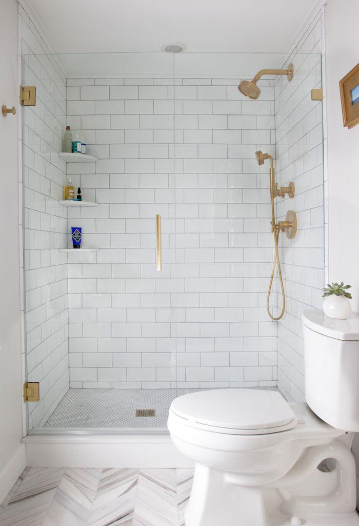 carrelage-blanc-brillant-salle-de-bains-en-blanc-paroi-de-douche-en-verre