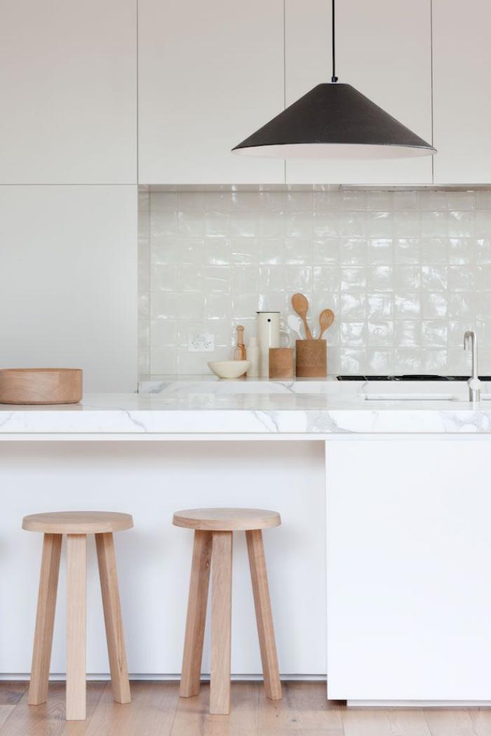 carrelage-blanc-brillant-tabourets-en-bois-lampe-noire