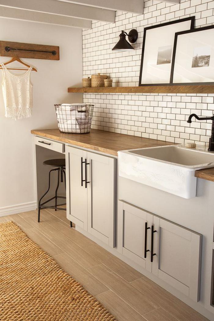 carrelage-blanc-brillant-tapis-en-jute-et-étagères-murales-de-bois