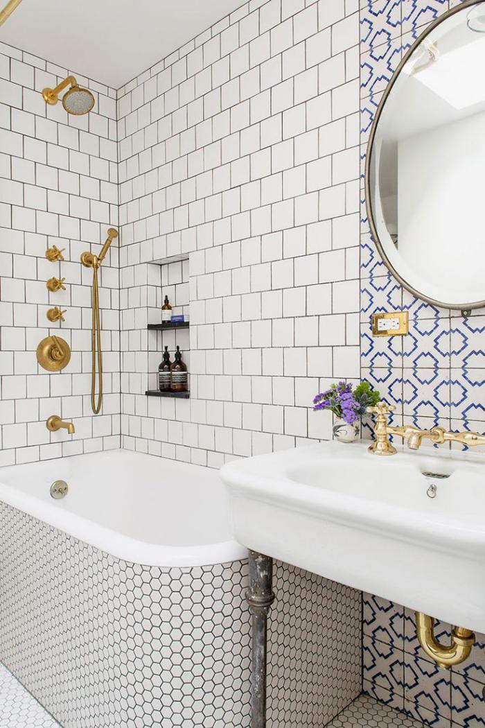 carrelage-blanc-brillant-tuiles-hexagonales-de-baignoire