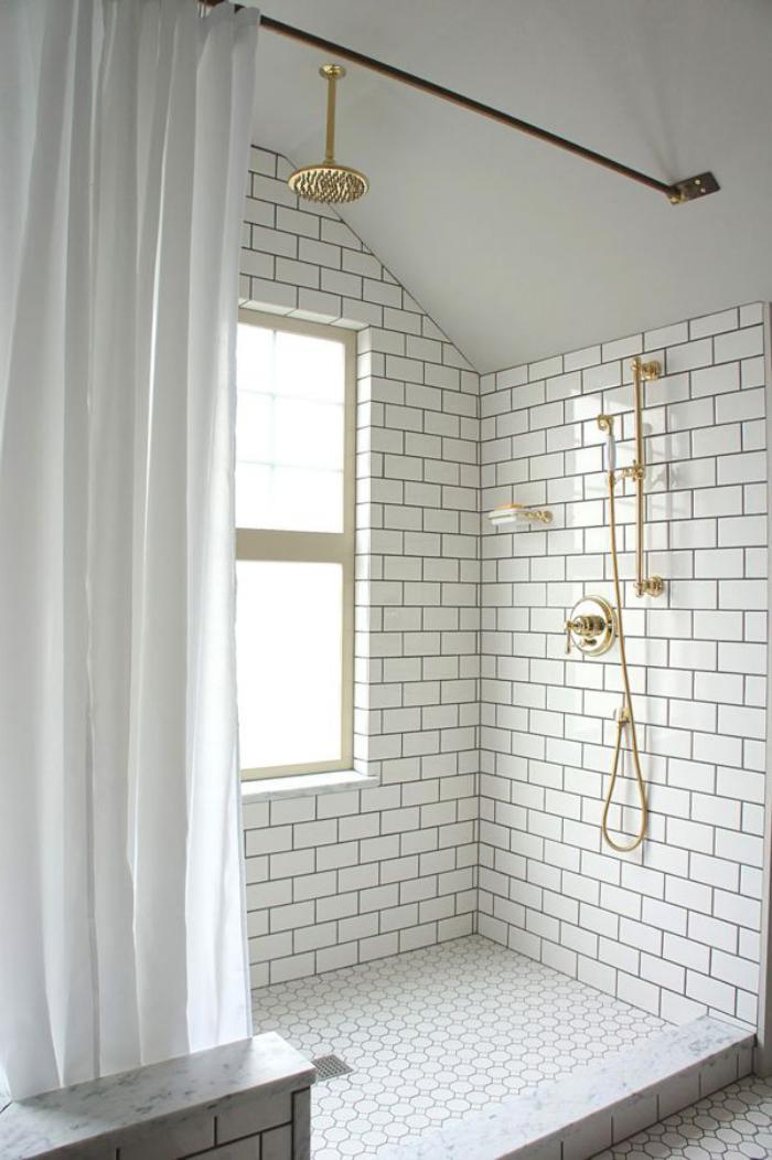 carrelage-blanc-brillant-tuiles-murales-blanches-salle-de-bain-épurée