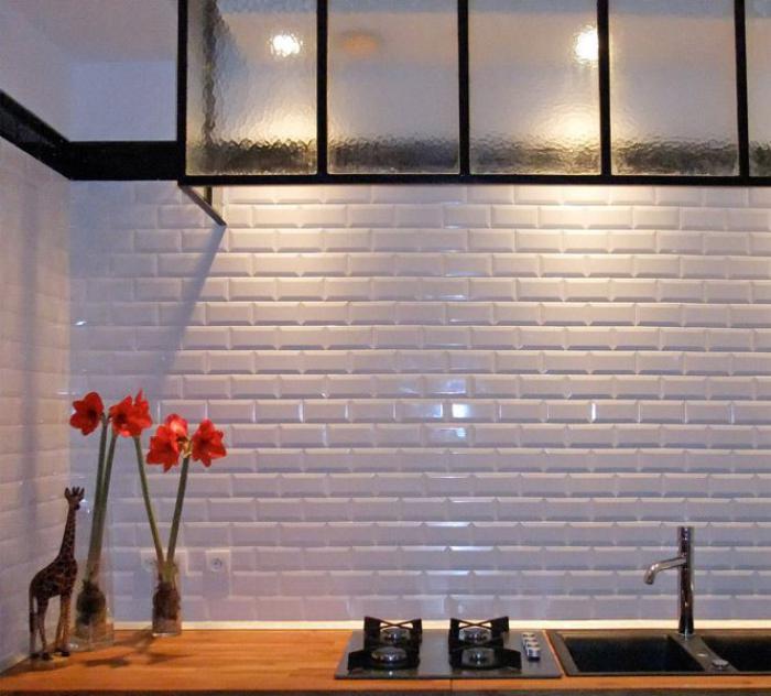 carrelage-blanc-brillant-tuiles-rectangulaires-murales-de-cuisine