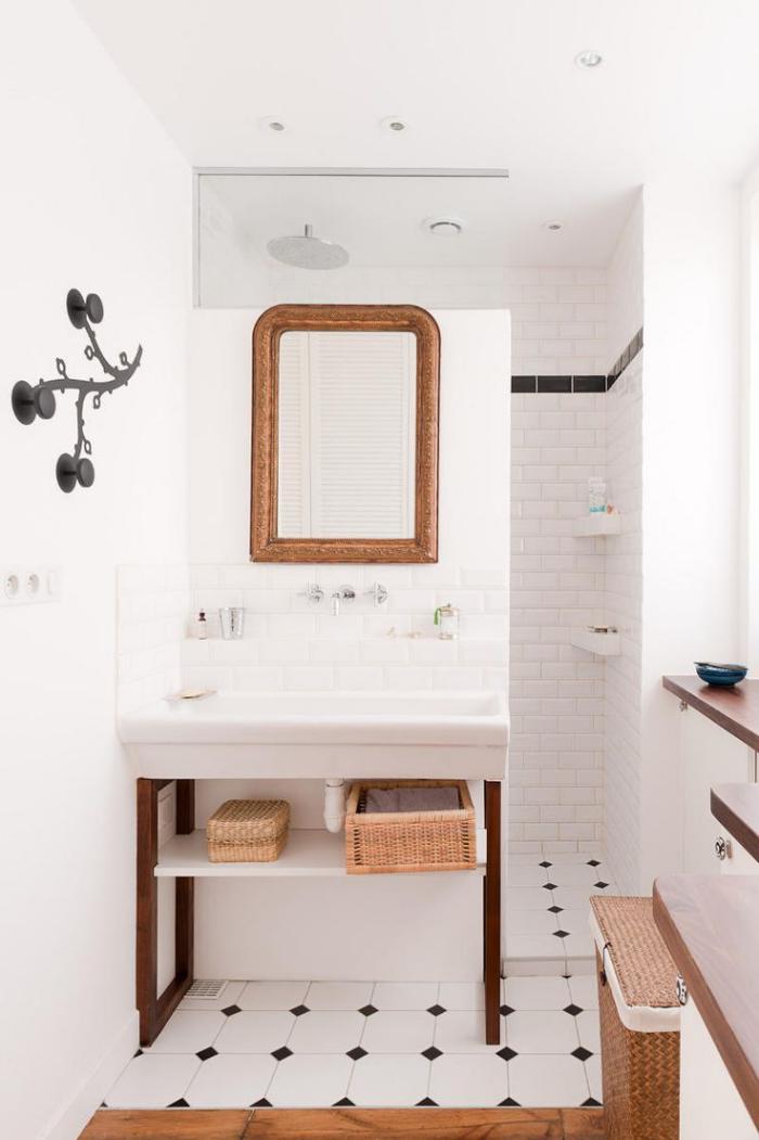carrelage-blanc-brillant-une-salle-de-bains-aveuglante