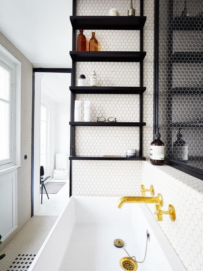 carrelage-blanc-brillant-vasque-blanche-rectangulaire-robinetterie-en-couleur-d'or