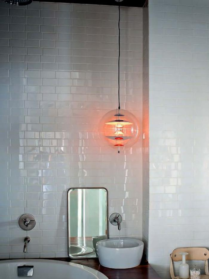 carrelage-blanc-brillant-vasques-rondes-déco-et-suspension-en-verre