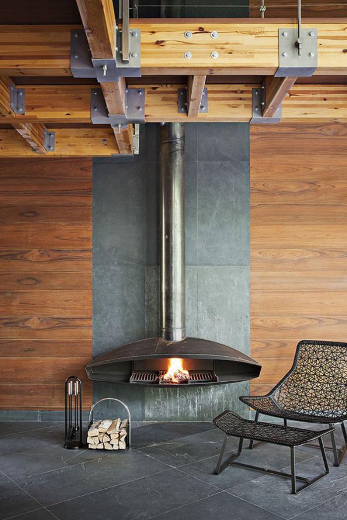 cheminée-focus-design-et-poutres-en-bois-apparentes