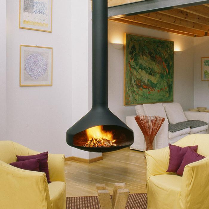 cheminée-focus-et-poutres-apparentes-dans-un-salon-moderne