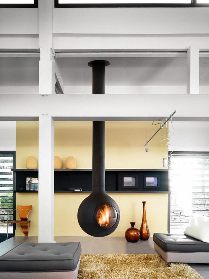 cheminée-focus-grandes-poutres-peintes-blanches
