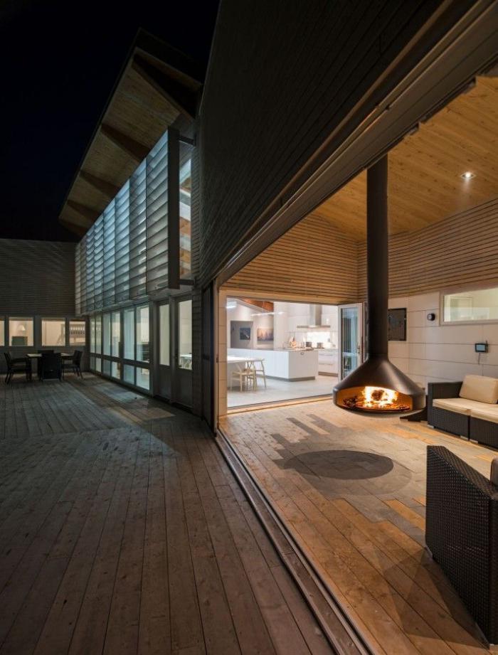 cheminée-focus-intérieur-de-maison-spacieuse-contemporaine