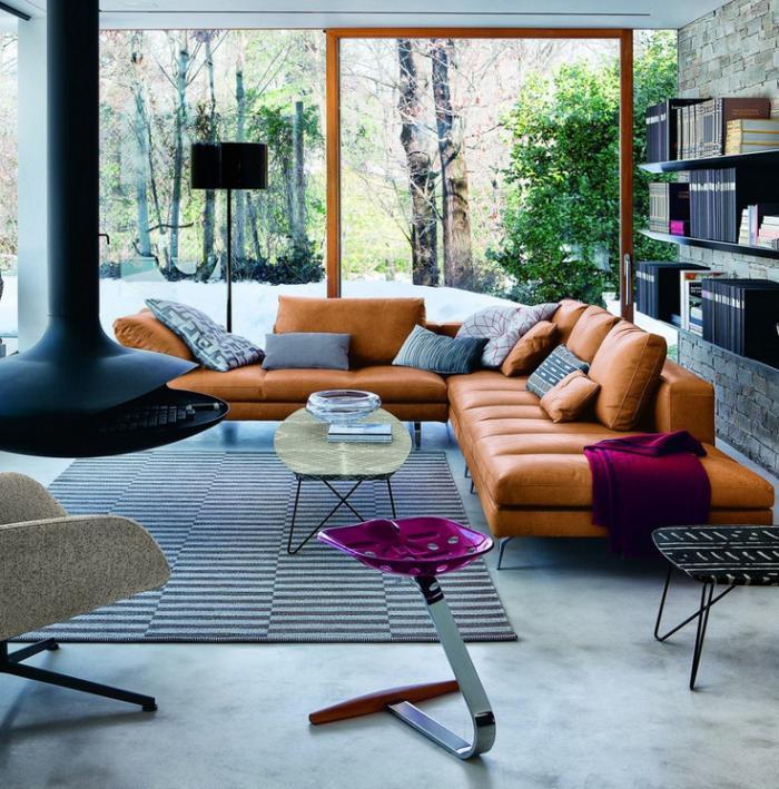 cheminée-focus-salon-design-sofas-en-cuir-marron-clair