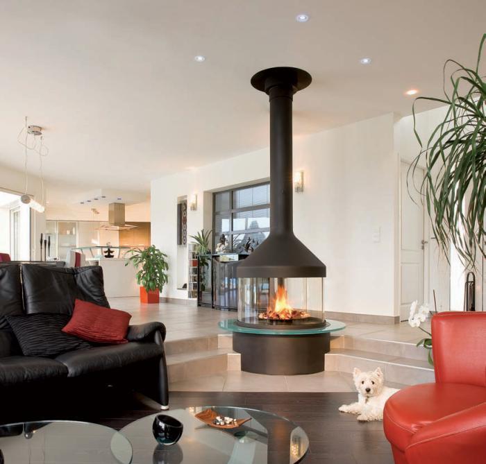 cheminée-focus-salon-moderne-original-avec-foyer-central-suspendu