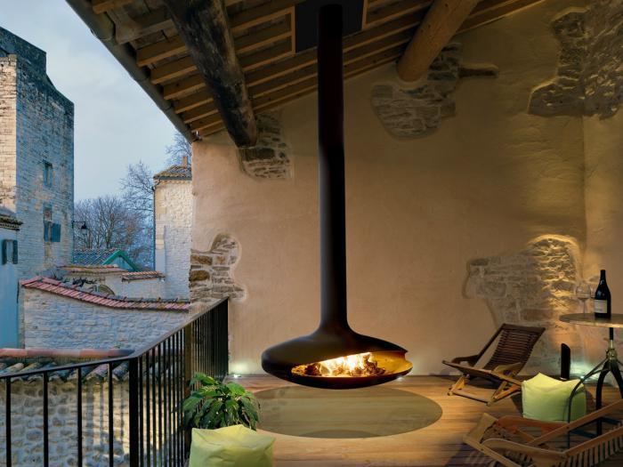 cheminée-focus-extérieure-jolie-terrasse-avec-foyer-moderne