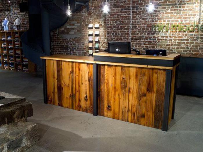comptoir-en-bois-recyclé-meuble-de-réception-déco-espace-industrielle