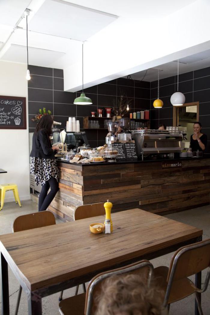 comptoir-en-bois-recyclé-café-conntemporain-déco-style-bois-ecyclé