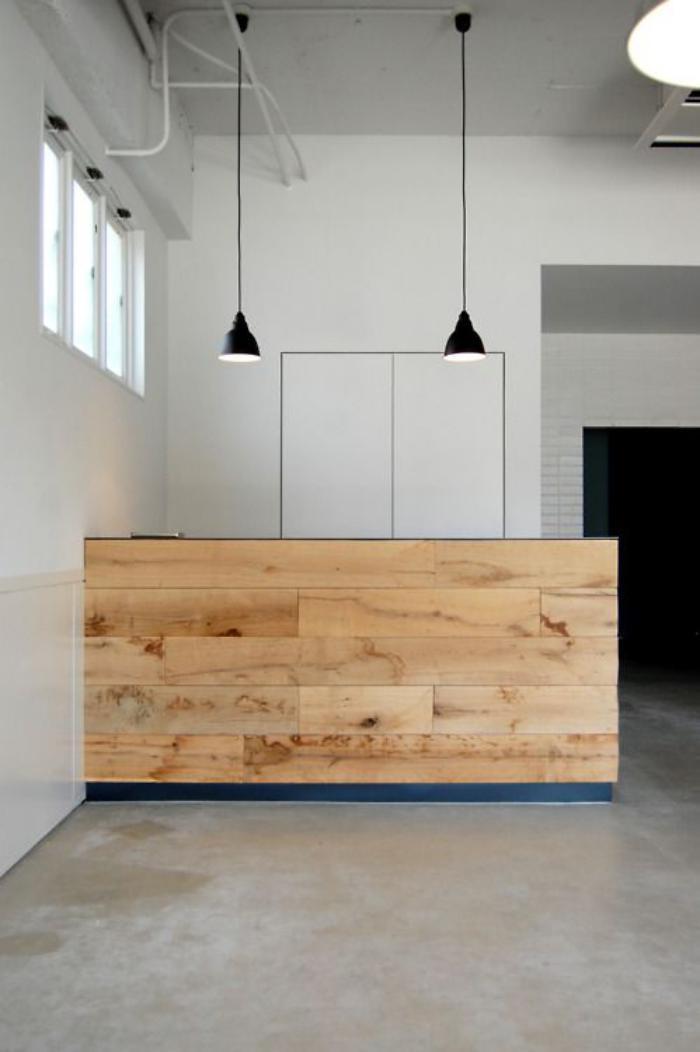 comptoir-en-bois-recyclé-meuble-comptoir-et-lampes-noires-suspendues