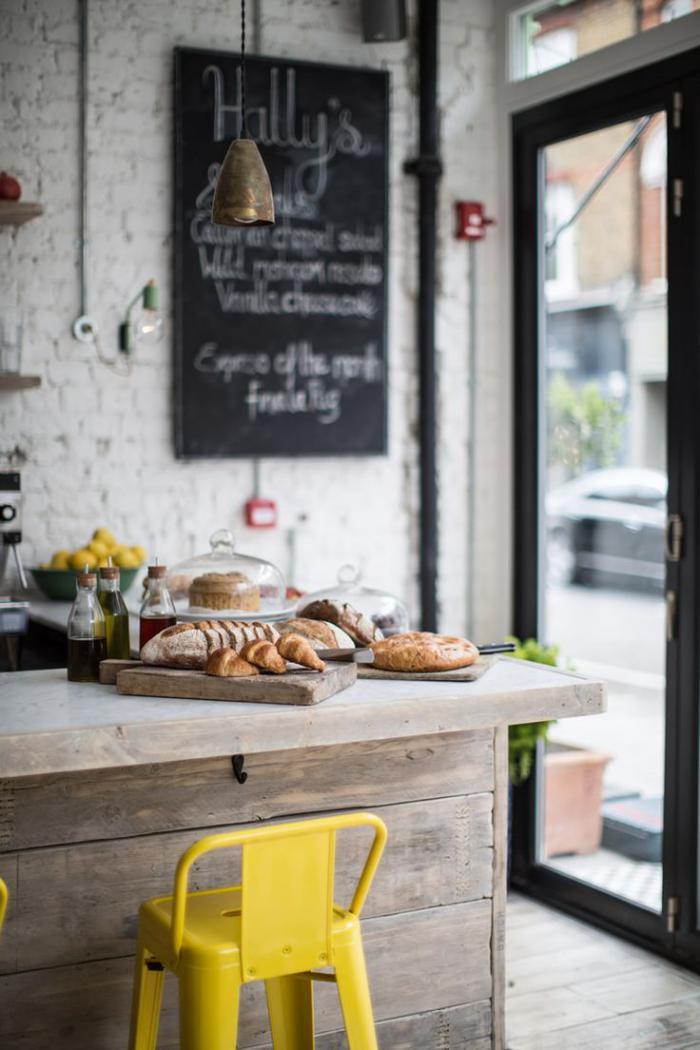 comptoir-en-bois-recyclé-mur-en-briques-chaise-de-bar-jaune