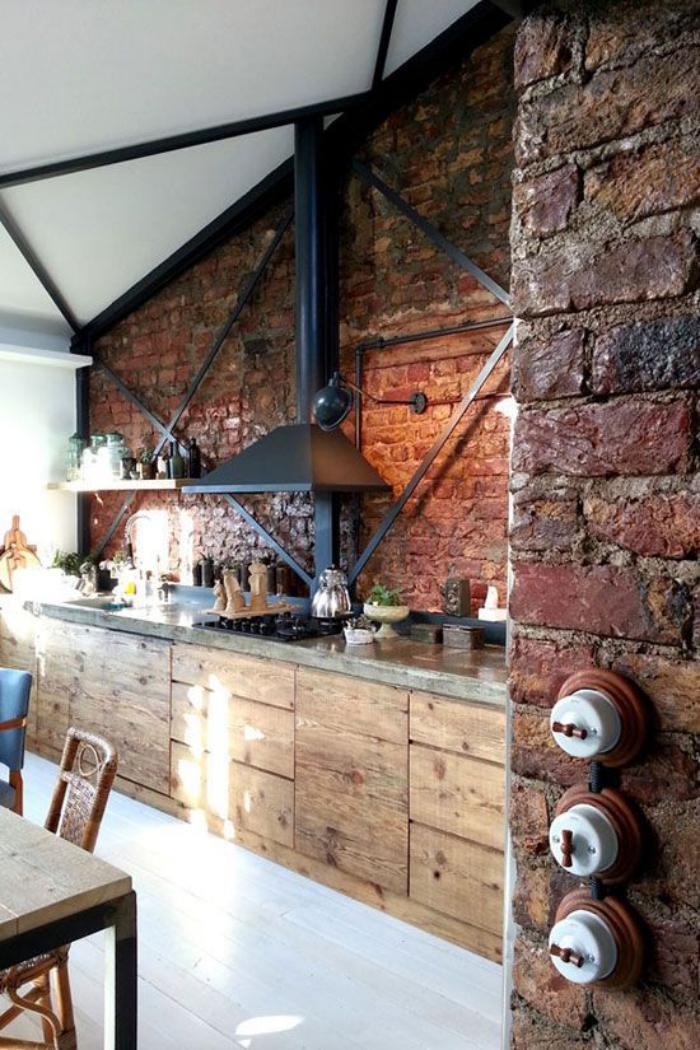 comptoir-en-bois-recyclé-mur-en-grandes-briques-chaleureuses