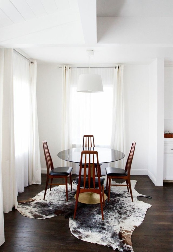 conforama-salle-a-manger-complete-sol-en-parquet-foncé-tapis-en-peau-d-animal