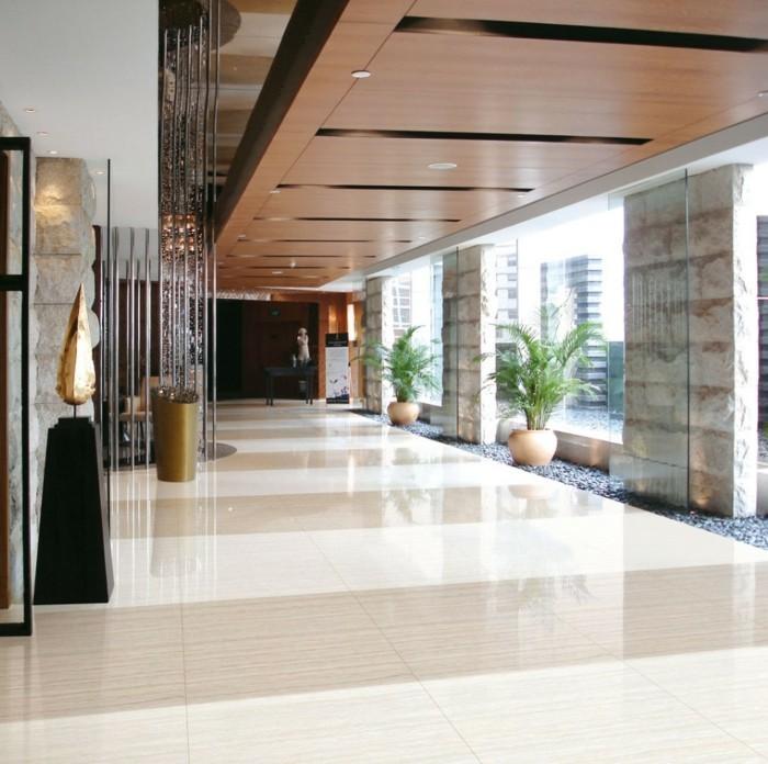 couloir-avec-grandes-fenetres-et-sol-en-carrelage-polis-carrelage-poli-brillant-de-couleur-beige