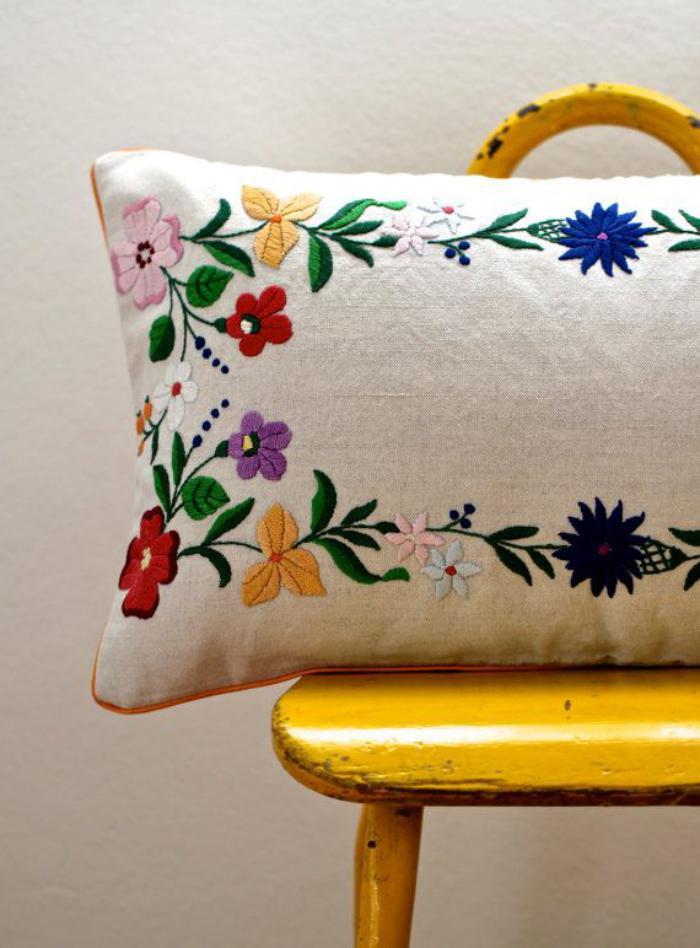 coussin-personnalisé-broderie-motifs-floraux