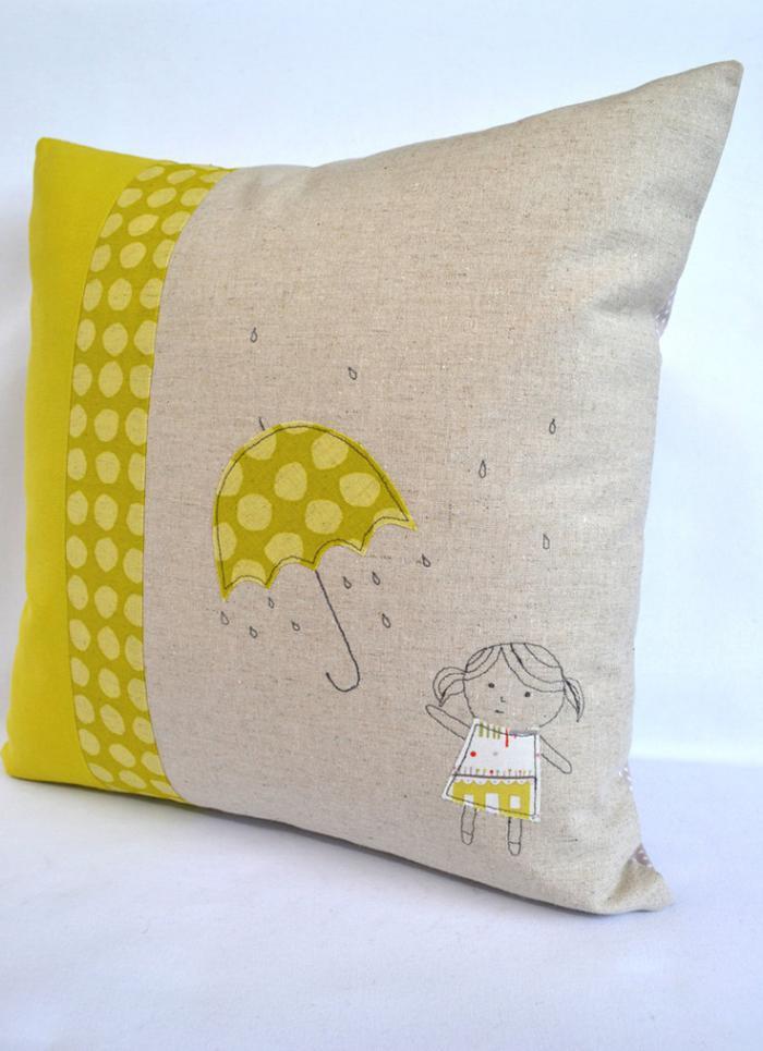 coussin-personnalisé-fille-et-parapluie