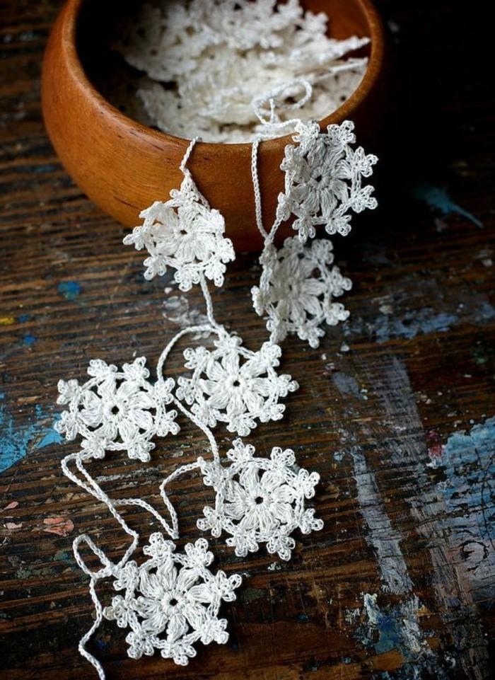 diy-idee-guirlande-de-noël-gifi-deco-noel-guirlne-tricote-a-la-main-blanc-decoration-originali