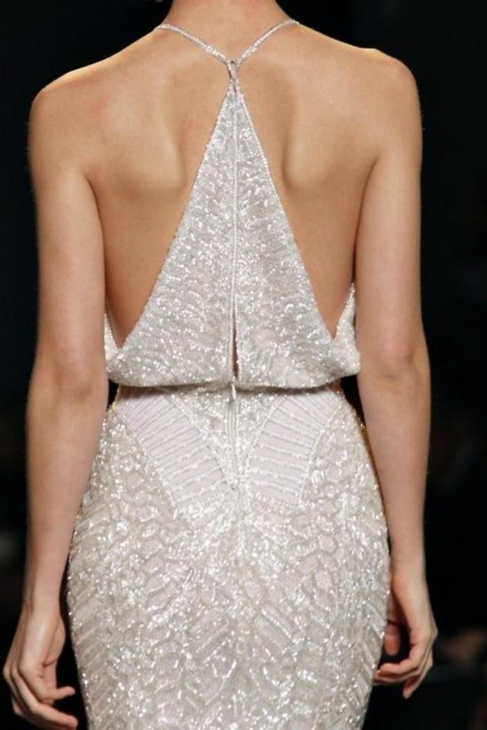 dos-nu-sur-une-robe-habillée-pas-cher-robe-de-soire-de-couleur-beige-avec-dos-nu